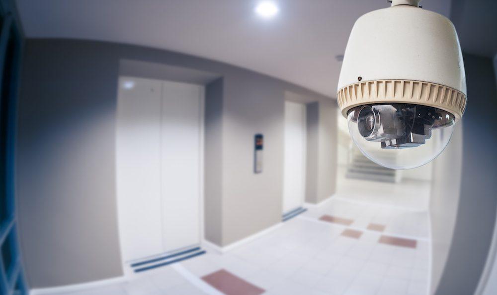 Κάμερα ασφαλείας στην είσοδο της πολυκατοικίας σας